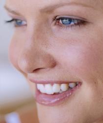 美しく自然な歯の白さを取り戻します。